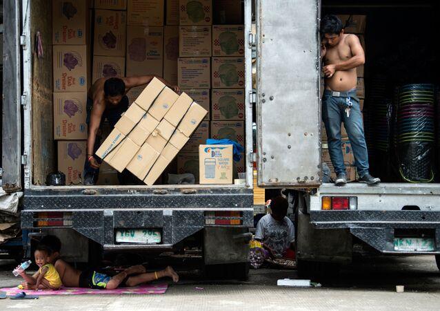 Manila. Những đứa trẻ Philippines tìm thấy bóng rợp...dưới một chiếc xe tải.