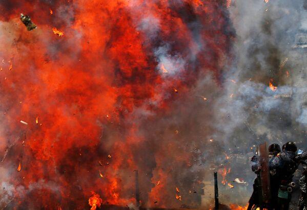 Đụng độ kế tiếp của người biểu tình với cảnh sát trong thời gian bạo loạn tại thủ đô Venezuela. - Sputnik Việt Nam