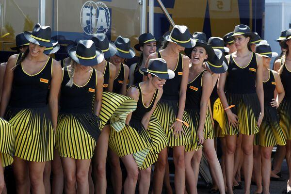Budapest. Các cô gái trong Nhóm hỗ trợ của Formula-1 trước khi bắt đầu cuộc đua Grand Prix Hungary - Sputnik Việt Nam
