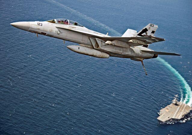 """Đại Tây Dương. Máy bay tiêm kích-ném bom F/A-18F Super Hornet của Hải quân Mỹ bay phía trên hàng không mẫu hạm """"Gerald Ford""""."""
