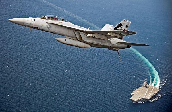"""Đại Tây Dương. Máy bay tiêm kích-ném bom F/A-18F Super Hornet của Hải quân Mỹ bay phía trên hàng không mẫu hạm """"Gerald Ford"""". - Sputnik Việt Nam"""