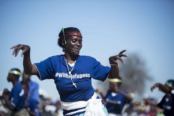 Zimbabwe. Vũ điệu truyền thống Muchongoyo trong lễ hội kỷ niệm Ngày Dân tị nạn toàn thế giới do một người tị nạn từ Mozambique trình diễn. - Sputnik Việt Nam