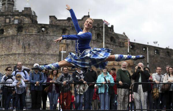 Vương quốc Anh. Scotland. Một vũ nữ trình diễn trong dàn quân nhạc hoàng gia ở Edinburgh. - Sputnik Việt Nam