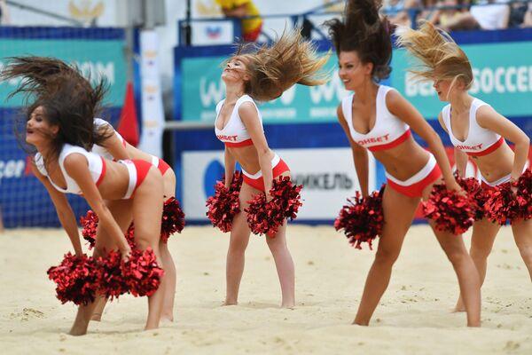 Matxcơva. Các cô gái cổ vũ viên trong thời gian trận đấu bóng đá bãi biển giữa các đội tuyển quốc gia của Nga và Belarus. - Sputnik Việt Nam