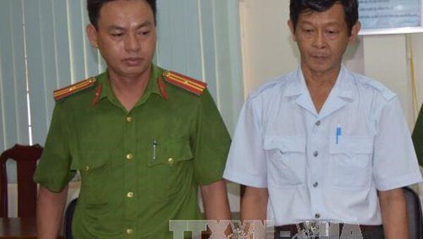 Ông Trần Hồng Nguyên (áo trắng) bị bắt tạm giam. - Sputnik Việt Nam