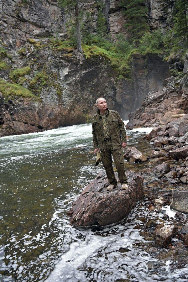 Tổng thống Vladimir Putin trong con sông vùng núi tại Cộng hòa Tuva - Sputnik Việt Nam
