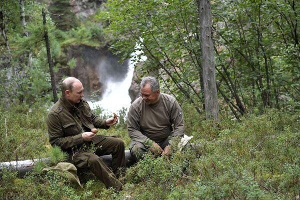 Tổng thống Vladimir Putin và Bộ trưởng Quốc phòng Nga Sergei Shoigu trong kỳ nghỉ ngắn ở vùng núi thuộc Cộng hòa Tuva - Sputnik Việt Nam