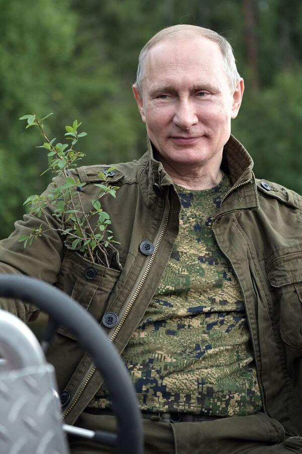 Tổng thống Nga Vladimir Putin bơi ở thác hồ trên núi tại Cộng hòa Tuva - Sputnik Việt Nam