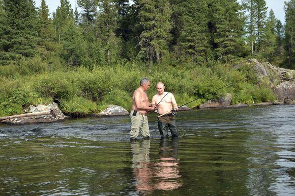 Tổng thống  Vladimir Putin và Bộ trưởng Quốc phòng  Nga Sergey Shoygu câu cá ở thác hồ trên núi tại Cộng hòa Tuva - Sputnik Việt Nam