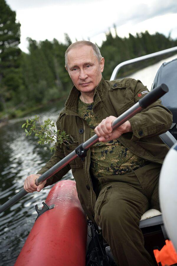 Tổng thống  Vladimir Putin bơi ở thác hồ trên núi tại Cộng hòa Tyva - Sputnik Việt Nam