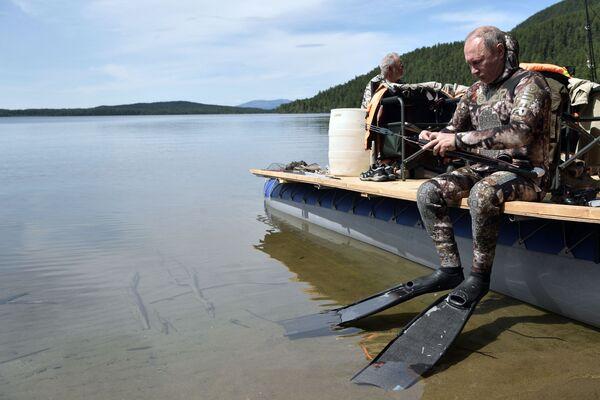 Tổng thống Vladimir Putin mặc đồ lặn đi săn dưới nước ở thác hồ trên núi tại Cộng hòa Tyva - Sputnik Việt Nam