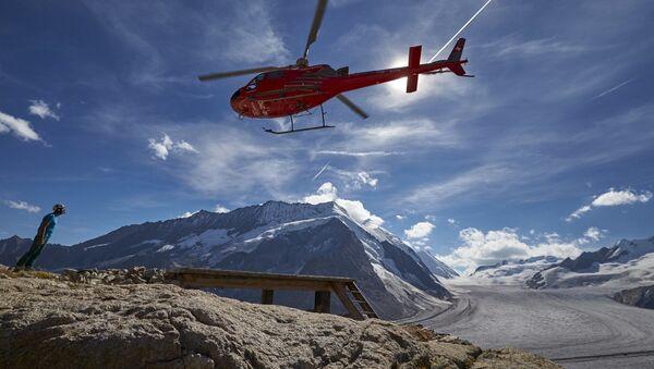 Вертолет взлетает около ледника Алеч в Швейцарии - Sputnik Việt Nam