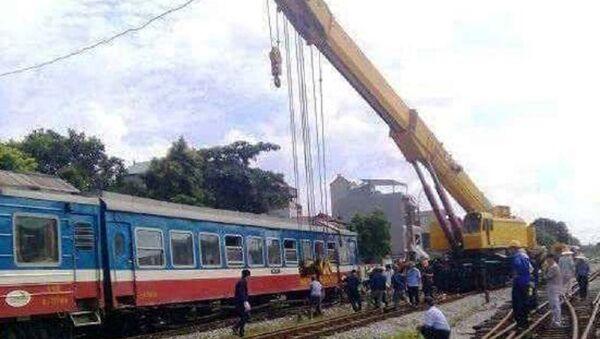 Ngành đường sắt cẩu toa tàu bị trật bánh lên đường ray vào trưa nay. - Sputnik Việt Nam