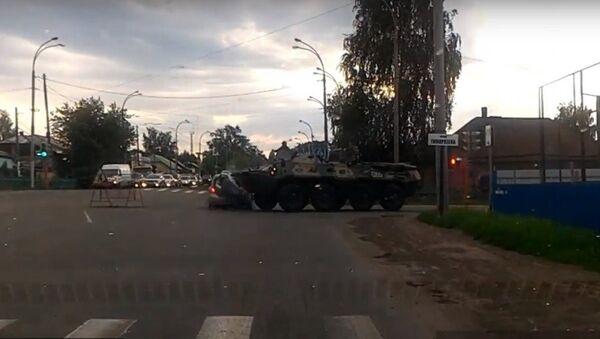 Xe bọc thép chở quân va chạm với xe hơi - Sputnik Việt Nam
