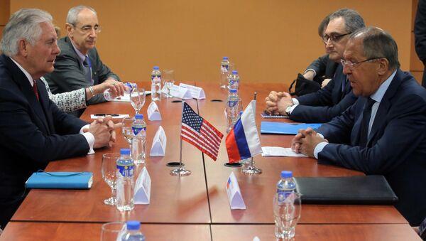 Государственный секретарь США Рекс Тиллерсон и министр иностранных дел РФ Сергей Лавров во время встречи на полях АСЕАН в Маниле - Sputnik Việt Nam