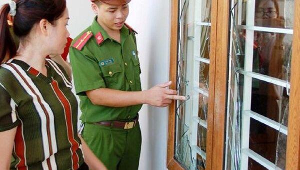 Cửa kính nhà bà Thìn vỡ nát sau tiếng nổ. - Sputnik Việt Nam