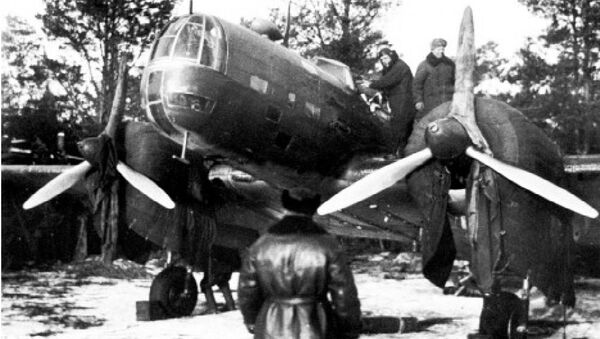 Đại tá Evgeniy N. Preobrazhenskiy, chỉ huy Trung đoàn ném bom Torpedo của Liên Xô, kiểm tra một trong những máy bay ném bom thực hiện phi vụ vào ngày 8-8-1941. - Sputnik Việt Nam