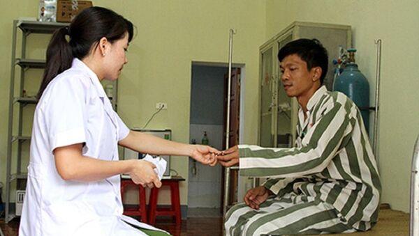 Phạm nhân ốm được bác sĩ trại giam cấp phát thuốc điều trị. - Sputnik Việt Nam
