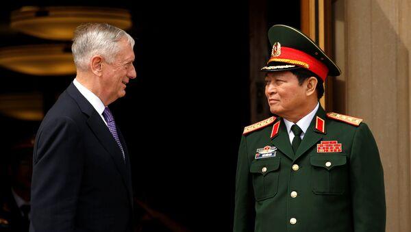 Đại tướng Ngô Xuân Lịch và Bộ trưởng Quốc phòng Mỹ James Mattis - Sputnik Việt Nam