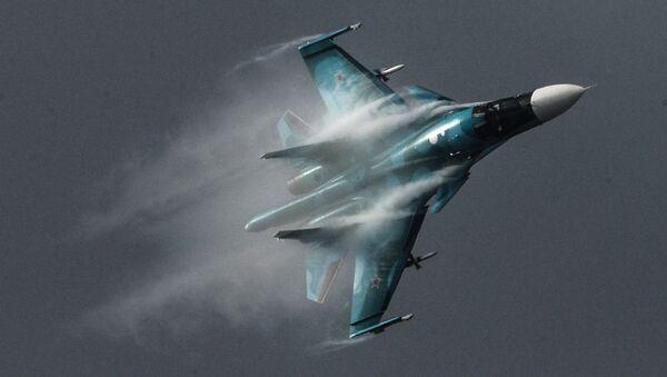 Máy bay ném bom Su-34 bay trình diễn tại triển lãm MAKS-2015. - Sputnik Việt Nam