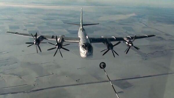 Tu-95MS (Gấu) - tàu sân bay ném bom-tên lửa chiến lược đang tiếp nhiên liệu. - Sputnik Việt Nam