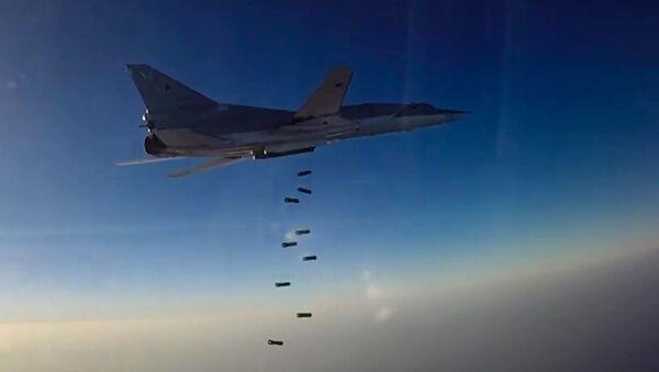 Máy bay ném bom tầm xa Tu-22M3 của Nga đánh bom khủng bố IS ở Syria. - Sputnik Việt Nam