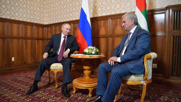 President Vladimir Putin and President of Abkhazia Raul Khadjimba, right, during a meeting - Sputnik Việt Nam