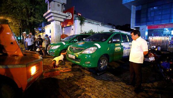 Hai chiếc xe taxi đậu lấn chiếm vỉa hè đường Nguyễn Thị Minh Khai (Q.1, TP.HCM) bị ông Đoàn Ngọc Hải chỉ đạo niêm phong chở về đồn vì đậu lấn chiếm vỉa hè và vắng chủ - Sputnik Việt Nam