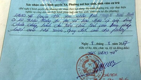 Phần bút phê của lãnh đạo UBND xã Duyên Hà (Thanh Trì, Hà Nội) vào hồ sơ xác nhận lý lịch là sai quy định - Sputnik Việt Nam