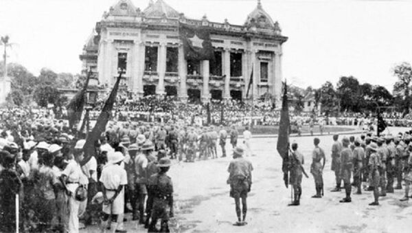 Các đội quân du kích từ các chiến khu tiến vào Hà Nội, tập trung trước Nhà hát lớn, ngày 30/8/1945. - Sputnik Việt Nam