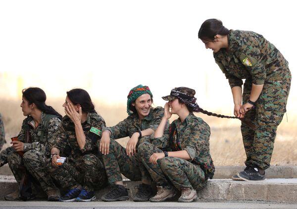 Syria. Thành phố Hasaka. Nữ quân nhân lực lượng Dân chủ Syria trong những khoảnh khắc thư giãn. - Sputnik Việt Nam