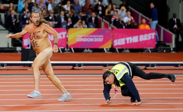 Giải vô địch Điền kinh thế giới IAAF tại London. Tình huống buồn cười. Đuổi theo vận động viên khỏa thân trên sân vận động, nhân viên bảo vệ trượt ngã. - Sputnik Việt Nam