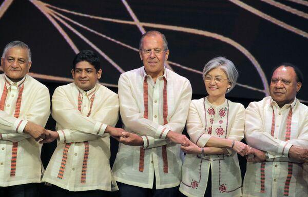 Manila. Ngoại trưởng Nga Sergei Lavrov (giữa) chụp ảnh chung với các bộ trưởng ngoại giao các nước thành viên ASEAN - Sputnik Việt Nam