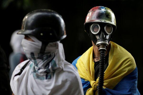 Venezuela, Caracas. Người biểu tình đeo mặt nạ phòng độc trong hoạt động phản đối chính phủ. - Sputnik Việt Nam