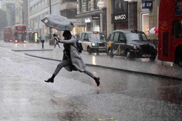 Và bây giờ chúng ta nói về thời tiết... Tại London, vẫn mưa như mọi khi... - Sputnik Việt Nam