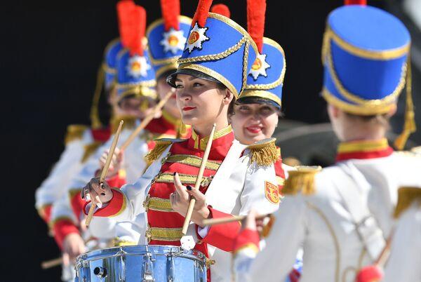 Nga. Ngoại ô Moskva. Những cô gái đánh trống trong Bảo tàng Lịch sử Chiến tranh Cánh đồng Borodino. - Sputnik Việt Nam