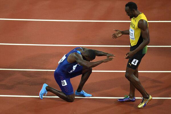 Tại giải vô địch Điền kinh thế giới IAAF ở London. Người Mỹ Justin Gatlin quỳ gối trước vận động viên Usain Bolt từ Jamaica sau chiến thắng của ông trong cuộc đua 100 mét - Sputnik Việt Nam
