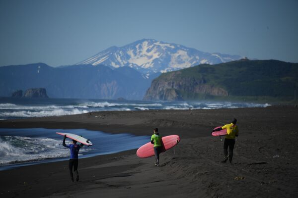 Kamchatka. Những người tham gia lễ hội lướt sóng SnowaveFest-2017 trên bờ biển Thái Bình Dương. - Sputnik Việt Nam