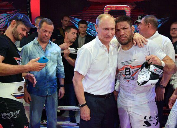 Tổng thống Nga Vladimir Putin và nhà vô địch kickboxing, boxing Brazil Luis Sergio Melo Junior tại Giải vô địch Sambo quốc tế ở Sochi. - Sputnik Việt Nam