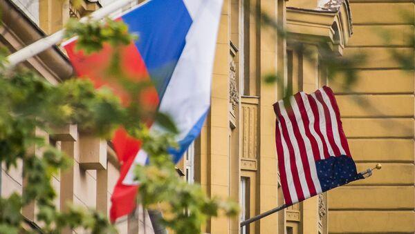 Cờ Nga và Mỹ tại Đại sứ quán Mỹ tại Moskva - Sputnik Việt Nam