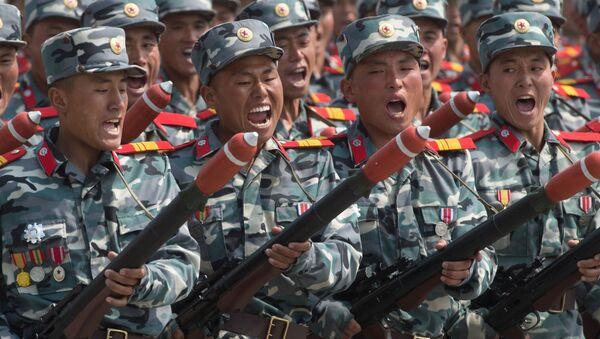 Военнослужащие во время парада, приуроченного к 105-й годовщине со дня рождения основателя северокорейского государства Ким Ир Сена, в Пхеньяне - Sputnik Việt Nam