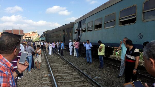 Egyptians look at the crash of two trains that collided near the Khorshid station in Egypt's coastal city of Alexandria, Egypt - Sputnik Việt Nam
