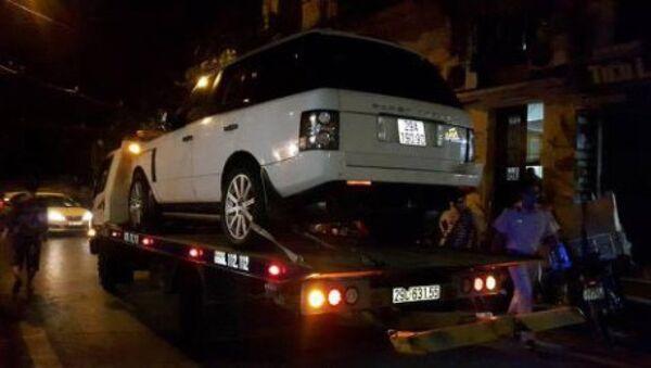Công an quận Hoàn Kiếm đưa xe Range Rover về trụ sở tạm giữ theo quy định. - Sputnik Việt Nam