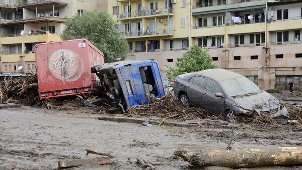 Những chiếc xe bẹp dúm sau trận lụt ở Tbilisi - Sputnik Việt Nam