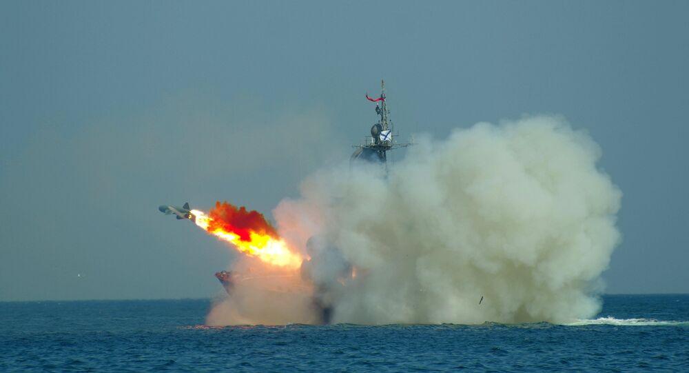 Tàu tên lửa lớp Molniya thực hiện bắn pháo