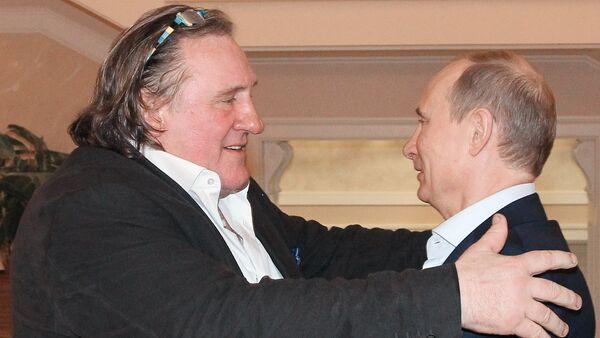 Tổng thống Nga Putin chuyện trò với tài tử Depardieu tại Sochi năm 2013 - Sputnik Việt Nam