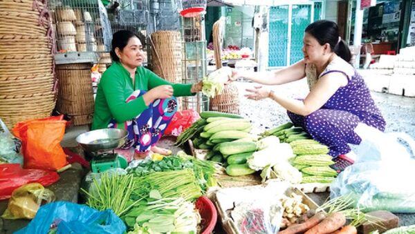 Bà Sơn Xà Pha đang bán rau cải ở chợ Hòa Bình (Hòa Bình, Bạc Liêu). - Sputnik Việt Nam