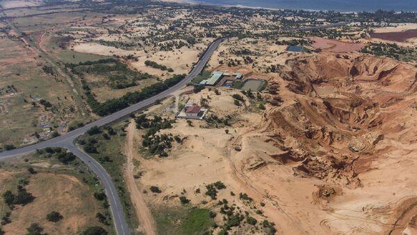 Mỏ khai thác titan và hồ chứa bùn đỏ khổng lồ tại mỏ khai thác titan ở xã Hòa Thắng, huyện Bắc Bình, Bình Thuận - Sputnik Việt Nam