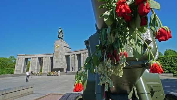 Đài tưởng niệm chiến sĩ Liên Xô ở Tiergarten - Sputnik Việt Nam