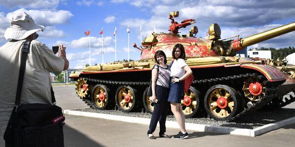 Các cô gái không bỏ lỡ cơ hội chụp ảnh bên một xe tăng bất thường ... - Sputnik Việt Nam